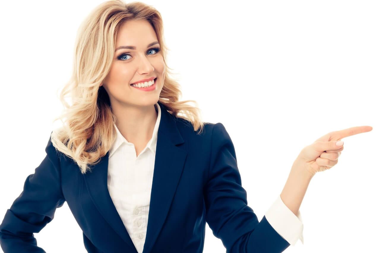 kobieta wskazująca lewą ręką kierunek. Ocieplenie domu termoizolacja