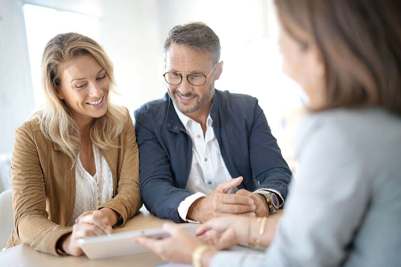 spotkanie dwóch kobiet i mężczyzny. Tereny inwestycyjne na sprzedaż Legnica